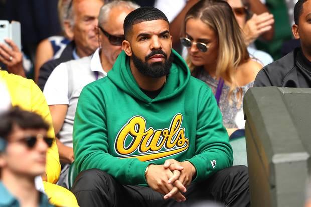 Rapper Drake mit einem besonders stylischen Shortcut – dem Buzzcut. Der Schnitt zeichnet sich durch seine extreme Kürze und scharfen Kanten aus. Der Look wird hier durch den perfekt in Form gebrachten Bart zusätzlich verstärkt.