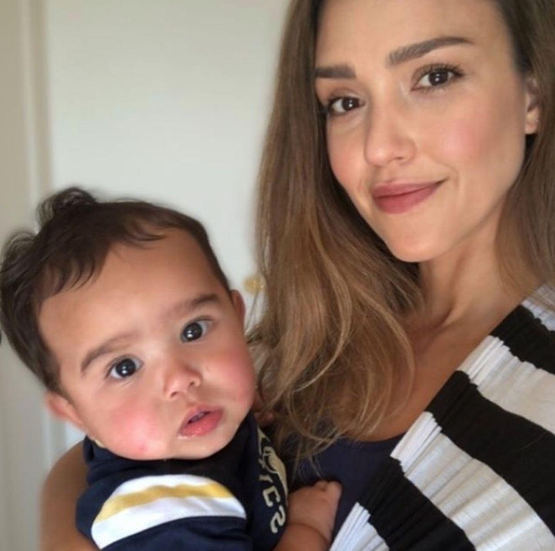 Es ist Hayes Alba, der Sohn von Hollywood-Beauty Jessica Alba, die bestens weiß, wie ein lässiger Look funktioniert.