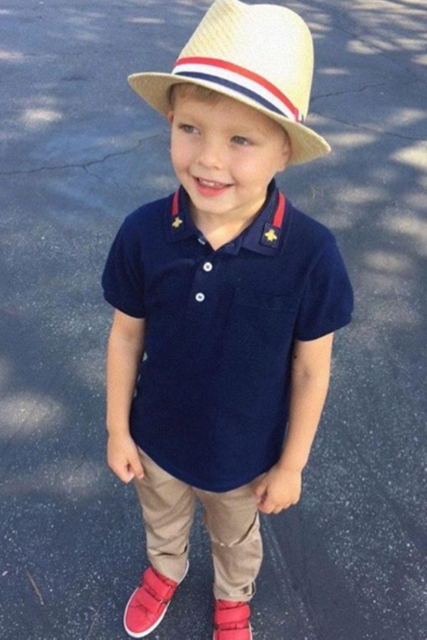Lässig-Look XXS: Axl Jack, Sohn von Sängerin Fergie und Schauspieler Josh Duhamel weiß, wie es geht. Mit coolem Strohhut, blauem Poloshirt, beigfarbener Hose und roten Sneakern gehts auf den Weg zur Schule.