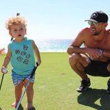 Auch auf dem Golfplatz macht Boomer eine hervorragende Figur. Barfuß gings über den Rasen, dafür aber gleich mit zwei Golfschlägern.