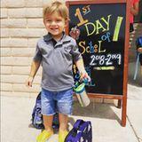 Kleiner Mann ganz groß! Boomer Phelps, Sohn von US-Schwimmstar Michael Phelps, posiert stolz an seinem ersten Schultag mit Schulranzen und Lunchbox.