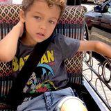 """Modisch immer ganz weit vorn: Aden liebt """"Batman"""" - klar, dass ein echter Fan auch ein Fanshirt trägt. Das Posieren für die Kamera klappt auch schon ganz gut."""