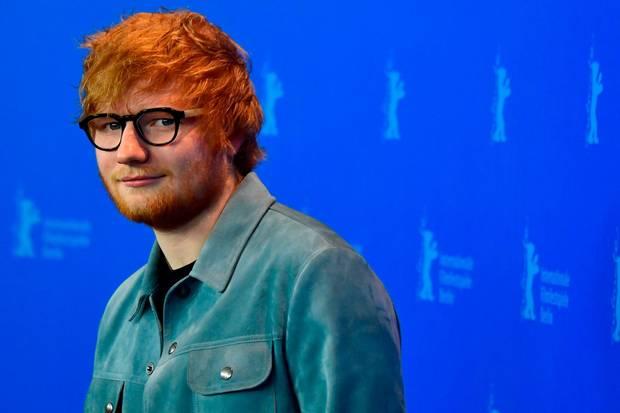 Dem Sänger Ed Sheeran hängen die Fransen im Brit-Pop-Style ins Gesicht