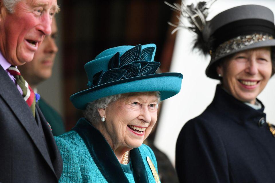 """1. September 2018  Prinz Charles, Queen Elizabeth und Prinzessin Anne haben bei den schottischen Highland Games """"The Braemar Royal Highland Gathering 2018"""" einiges zu Lachen. """
