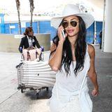 Scherzy lässt schieben! Nicole Scherzinger will sich ihr kompett weißes, lässiges Reiseoutfit wohl lieber nicht dreckig machen und bekommt ihre Luxus-Garderobe hinterhergeschoben. Berühmt müsste man sein ...