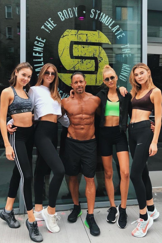 Zusammen mit den Models Michelle Dentas, Lorena Rape und Chase Carter lässt sich Stefanie Giesinger (ganz rechts) von Steve Uria (Mitte) trainieren.
