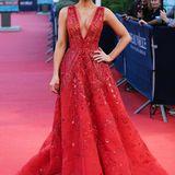 Bei diesem Anblick wirkt sogar der rote Teppich beimUS-Filmfestival im französischenDeauville ganz blass, Kate Beckinsale hat mit diesem strahlend schönen Couture-Kleid von Zuhair Murad die perfekte Wahl getroffen.