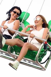 """Beim """"Malibu Chilli Cook-Off Festival"""" in Los Angeles geht es für Kourtney Kardashian und Freundin Larsa Pippen mit dem Kettenkarussell hoch hinaus ..."""