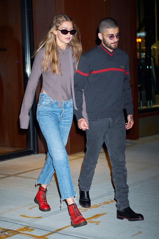 Rot scheintzu den Must-haves im Schuhschrank von Gigi Hadid zu gehören: Im Herbst sieht man das Model öfter in Boots, Stiefeletten & Co. in der Signalfarbe herumlaufen. Kein Wunder: Schließlich wertet der Farbton jeden Look auf und macht Outfits an trüben Tagen zu etwas Besonderem.