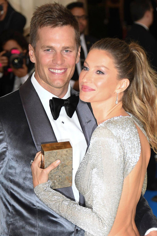 Doch genau das ist Tom Brady heute: Der beliebteste Star-Quarterback überhaupt, der selbst Topmodels wie Gisele Bundchen zum Dahinschmelzen bringt.