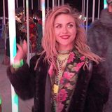 Abends in der abgekühlten Wüstenluftkuschelt sich die mittlerweile erwachsene Tochter von Nirvana-Frontmann Kurt Cobain (†) in ihre mit Blumen-Blazer kombinierte Kunstpelz-Jacke.