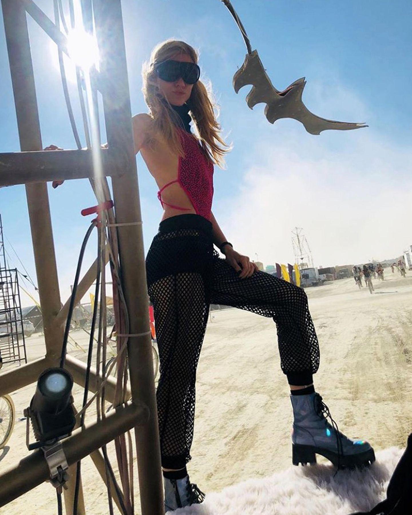 """Auch """"Sturm der Liebe""""-Star Larissa Marolt besucht das """"Burning Man""""-Festival im Netzoptik-Look. Und mit der futuristischen Sonnebrille sind auchihre Augen perfekt vor der sengenden Sonne geschützt."""