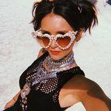 Nina Dobrev macht im Netzoptik-Dress, mitviel Silberschmuck und ihrer mehr als auffälligen Herzchen-Brille die Wüste noch ein bisschen heißer.