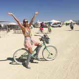 Sonya Kraus lässt sich das Wüstenfestival in diesem Jahr ebenfalls nicht entgehen. Die Moderatorin radelt im Barbarella-Tütü-Mix gut gelaunt durch den heißen Sand.