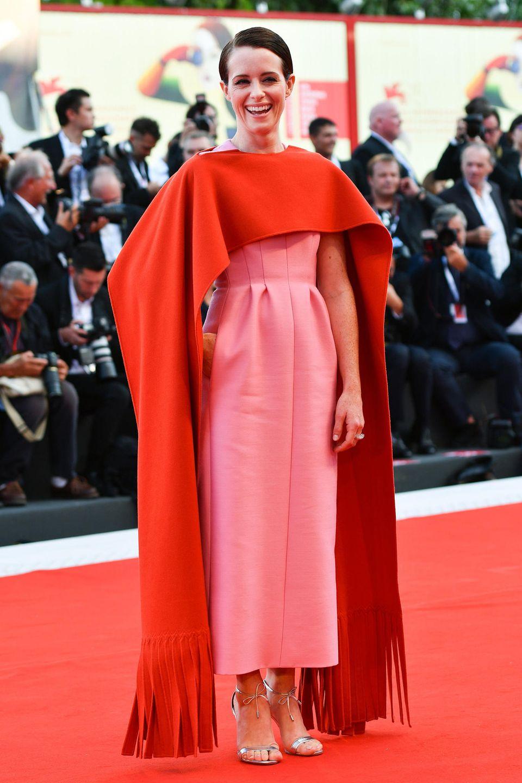 """Claire Foy begeisterte bei der """"First Man""""-Premierenicht nur mit ihrem Lachen, sondern auch mit dem Cape-Dress von Valentino Haute Couture im Colour-Blocking-Stil."""