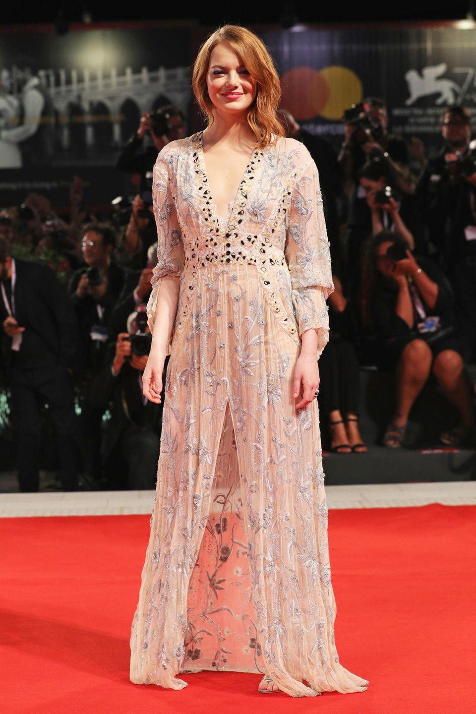 Verträumt, aber nicht besonders glamourös spaziert Emma Stone im Louis-Vuitton-Kleid über den roten Teppich in Venedig.