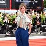 """Alba Rohrwacher überrascht beim Screening von """"L'Amica Geniale"""" mit glamourös-sexy Schleifen-Top kombiniert mit eleganter blauer Hose."""