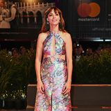 """Bérénice Bejo zeigt sich bei der Vorführungvon """"La Quietud"""" im farbenfrohen Neckholder von MiuMiu verspielt-glamourös."""