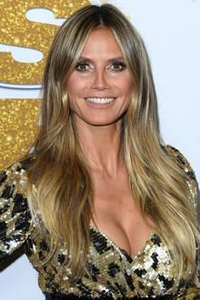 """Ende August erscheint Heidi in einem für sie typischen Look auf dem Red-Carpet der amerikanischen Casting-Sendung """"America's Got Talent"""": Opulentes Pailletten-Kleid trifft auf ein eherunaufgeregtes Styling. Doch genau diesen natürlichen Look zeichnet die hübsche Blondine aus. Wie Heidi bei ihrer Seidenmähne frizzige Härchen eliminiert? Sie besprüht eine Zahnbürste mit Haarspray und bürstet damit über die fein abstehenden Haare am Scheitel - fertig!"""