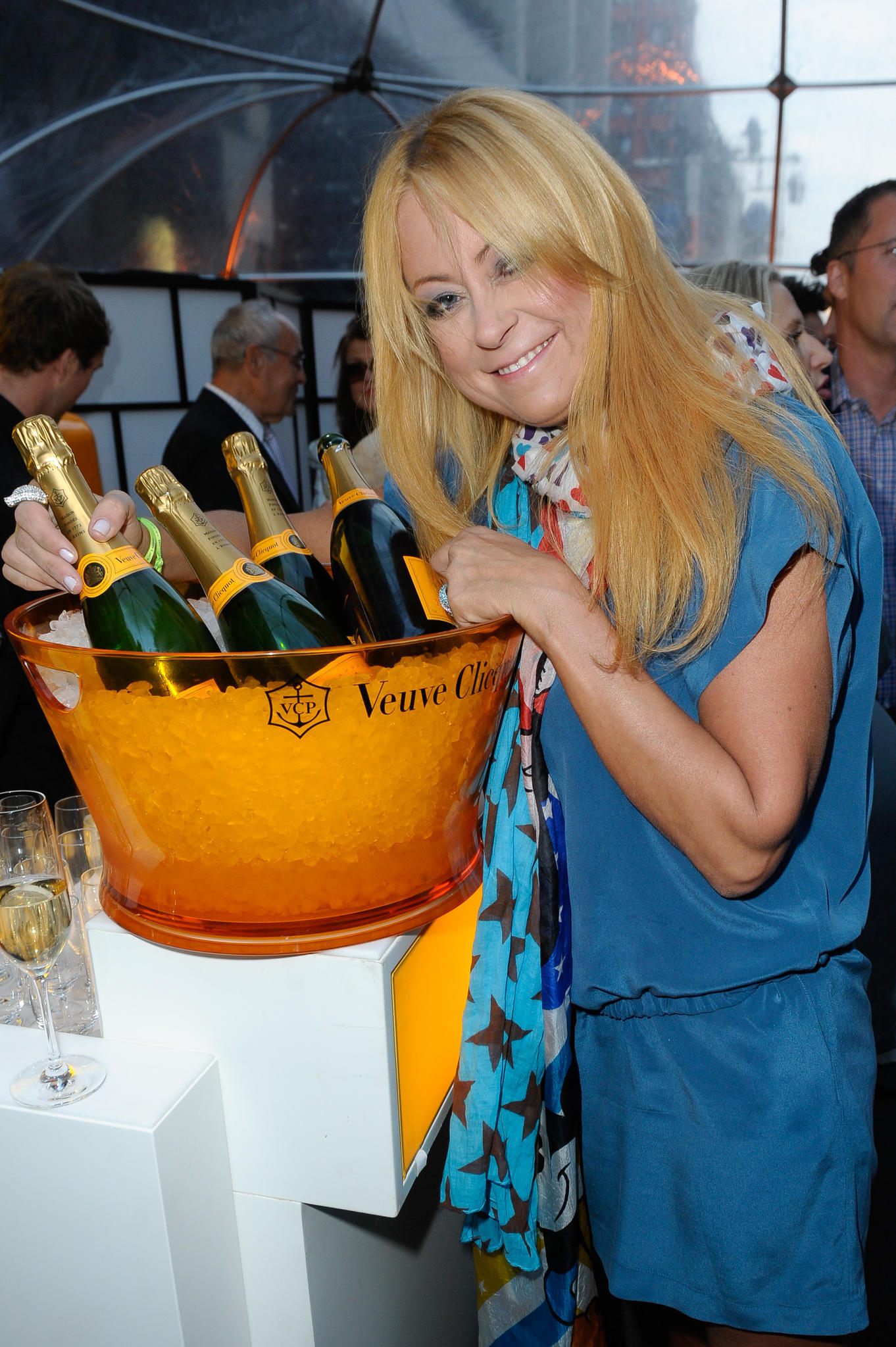 2012 posiert Jenny Elvers vor dem Bekanntwerden ihrer Alkoholsucht mit Champagner-Flaschen