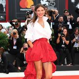 Model Bianca Balti verzaubert den roten Teppich in einem atemberaubenden Outfit im spanischen Stil.