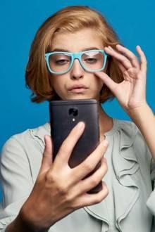 Ärzte warnen: Das passiert, wenn Sie zu lange auf Ihr Handy starren