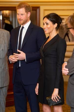 Ist sie bereits schwanger? Beim Theaterbesuch in London meinten manche sogar schon, ein Bäuchlein unter Meghans schwarzem Kleid zu erahnen.