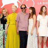 """Zusammen mit ihren Kolleginnen Chloë Grace Moretz, Tilda Swinton, Regisseur Luca Guadagnino und Mia Goth zeigt sich Dakota Johnsonbeim """"Suspiria""""-Fototermin im sexy Bustier-Kleid aus weißer Spitze von Dior. Und zum Glück steht der aufmerksame Luca direkt neben ihr, als die Schwerkraft zu wirken beginnt."""
