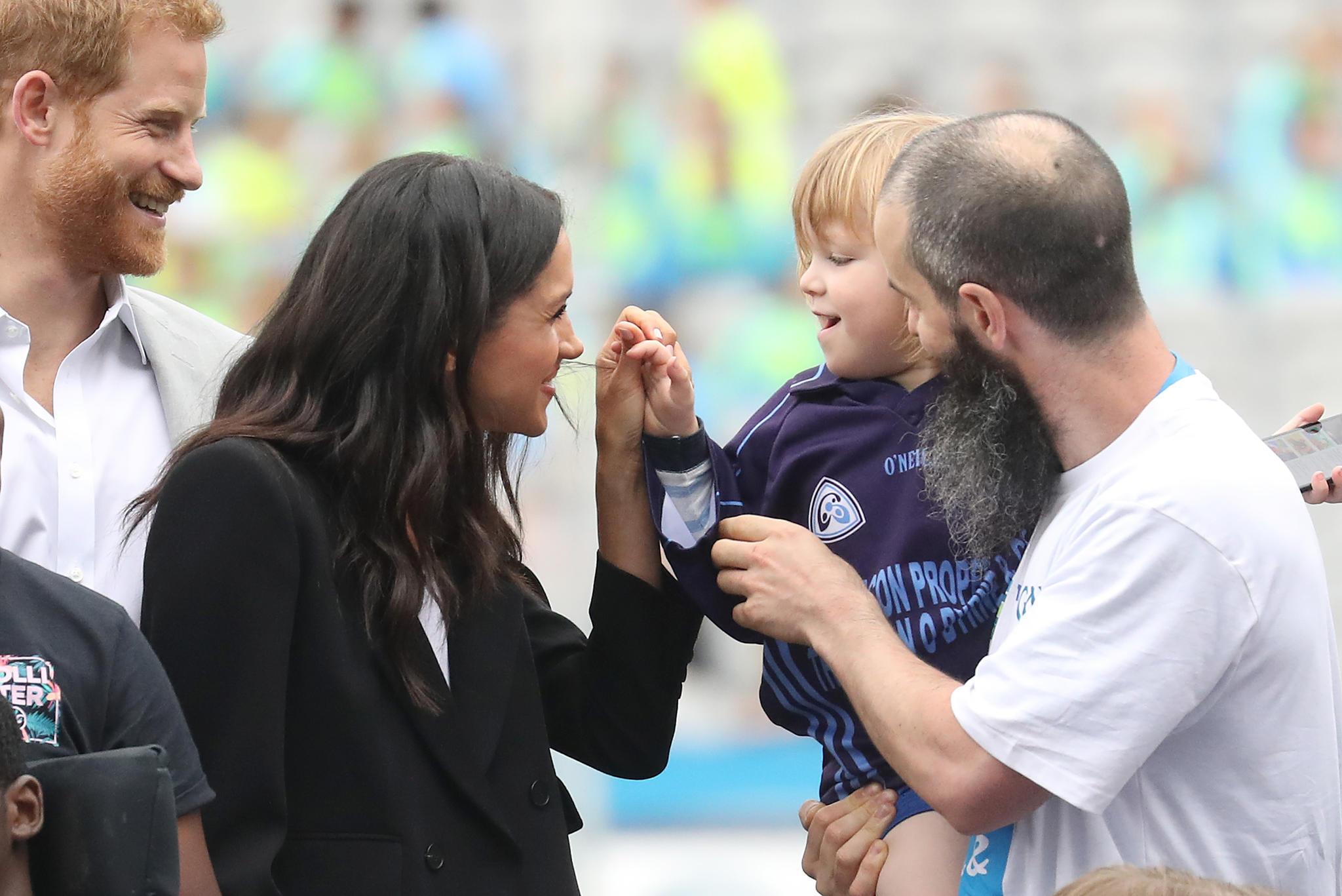Kinderlieb zeigt sich das Paar gern, wie hier während eines Sportfests in Dublin. Auffällig: Meghan trinkt nur noch Wasser statt Alkohol. Außerdem glättet sie ihre Haare nicht mehr mit chemischen Produkten.