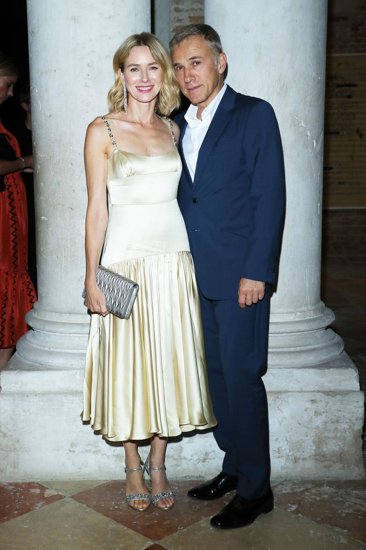 Naomi Watts, im hellgelben Seidenkleid, und Christoph Waltz posieren beim Miu Miu Women's Tales Dinner gemeinsam für die Fotografen.