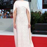 Die ungarische Schauspielerin und Drehbuchautorin Juli Jakab bezaubert im glamourösem Haute-Couture-Kleid vonAntonio Grimaldi.