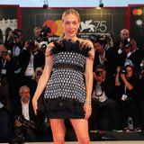 Ihren extravaganten Kleidungsstil stellt Chloë Sevigny auch in Venedig unter Beweis. Sie trägt auf dem roten Teppich Chanel.