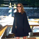Natalie Portman bezaubert in Venedig ganz elegant im schwarzen Cape-Dress.