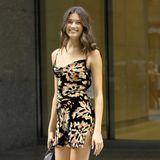 Weniger ist mehr, dachte sich wohl Model Kennidy Hunter und präsentierte sich der Jury mit einem schlichten Blumen-Kleid und Absatz-Stiefeletten.