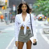 """Brittany Noon stammt ursprünglich von der ostkaribischen Insel Antigua und wollte später eigentlich immer etwas im Bereich""""Sprache"""" machen. Heute ist die hübsche Brünette ein erfolgreiches Model und stellt sich mit geknoteter, weißer Bluse,Mini-Rock und Stilettos der Jury von Victoria's Secret."""