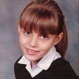 Mit rötlich-braunen Haaren und süßem Ponyist diese Model-Schönheit als Schulkind mit zarten 7 Jahren kaum zu erkennen. Ahnen Sie, wer das sein könnte?
