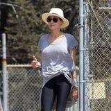Sportlich, sportlich! Angelina Jolie, eigentlich die Style-Königin der Eleganz, ist mit Trainingshose, grauem T-Shirt und Turnschuhen wirklich kaum zu erkennen. Hut und Sonnenbrille tun ihr Übriges. Das ist wirklich mal eine Abwechslung.