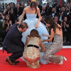 Brady Corbet, Natalie Portman und Sacy Martin helfen der SchauspielerinRaffey Cassidy mit ihrem Kleid.