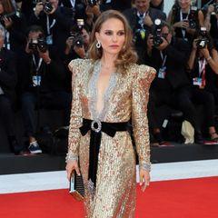 Wow-Auftritt von Natalie Portman auf dem Roten Teppich. Die Schauspielerin funkelt in einem goldenen Kleid der Luxusmarke Gucci.