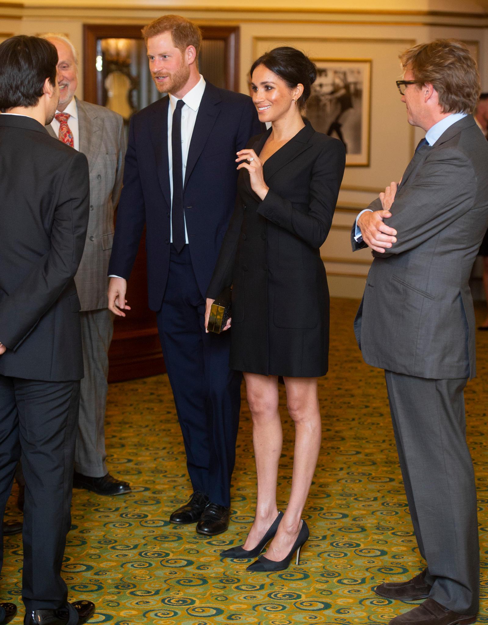 """Ein Anzug mal ganz anders: Meghan Markle trägt ein Tuxedo als Kleid, das vom kanadischen Label """"Judith & Charles"""" stammt."""