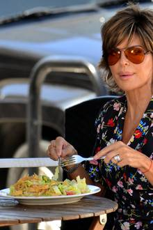 Lisa Rinna möchte im sonnigen Beverly Hills einen Salat genießen. Doch dann ...