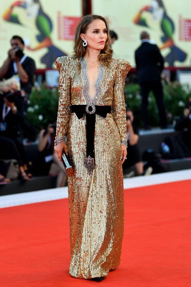 """Natalie Portman ist im goldenen Pailletten-Kleid von Gucci DER Glamour-Star der """"Vox Lux""""-Premiere."""