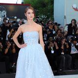 Natalies Co-Star Raffey Cassidy sieht im hellblauen Tüll-Traum aus wie eine Prinzessin.