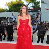 """Schauspielerin Sophie Lane Curtis leuchtet bei der Premiere von """"Vox Lux"""" im roten Tüllkleid."""