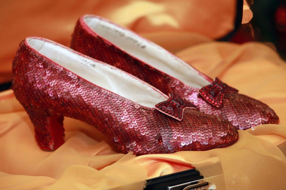 """Das sind die legendären Schuhe aus dem Kultfilm""""Der Zauberer von Oz"""", die vor 13 Jahren aus einem Museum gestohlen wurden. In den Schuhen steht sogar der Name von Ruby Garland, die mit 47 Jahren am 22. Juni 1969 leider viel zu früh gestorben ist."""