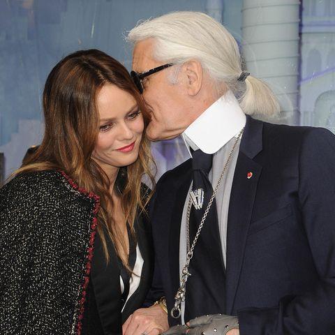 Seit 1983 sind Chanel und Karl Lagerfeld unzertrennlich. Zu Karls Clique gehören hauptsächlich Frauen von Frankreich bis Hollywood, so wie die französische Sängerin und Schauspielerin Vanessa Paradis.
