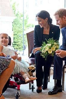 4. September 2018  Prinz Harry und Herzogin Meghan treffen Matilda Booth, Gewinnerin des Inspirational Child Award, während der WellChild Awards in London. Die Auszeichnungen würdigen den Mut schwerkranker Kinder, ihre Familien und Betreuer.