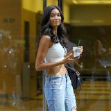 Kelly Gale ist Tochter einerInderinund einesAustraliers und wurde bereits mit 13 Jahren als Model entdeckt. Zum Callback erscheint das hübsche Model in einer Jeans im Used-Look und weißemCrop-Top. Schwarze Absatz-Stiefeletten geben dem sonst eher lockerem Street-Style-Look das gewisse Extra.