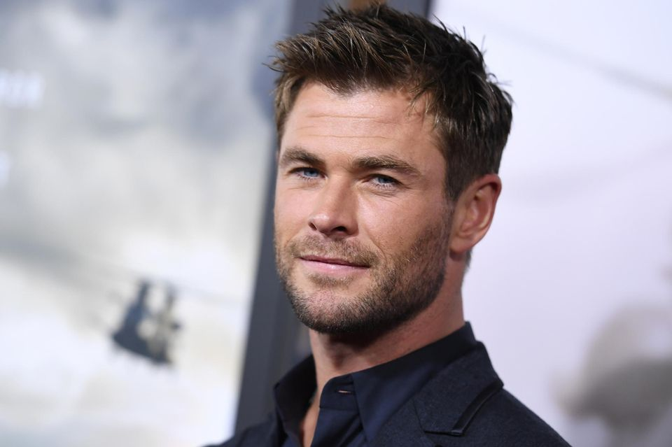 """Chris Hemsworth weiß einfach was gut aussieht und ihm hervorragend zu Gesicht steht. Zur Premiere seines Films """"Operation: 12 Strong"""" zeigte sich der australische Schauspieler mit einem lockeren, fransigen Kurzhaarschnitt."""