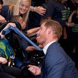 Prinz Harry zaubert den Kindern der WEllChild Awards- Stiftungmit einer Grimasse ein Lächeln aufs Gesicht.